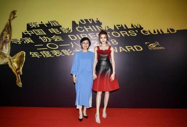 李少白导演携新人演员楷旋表态白毯 列席第十届中国影戏导协表扬年夜会