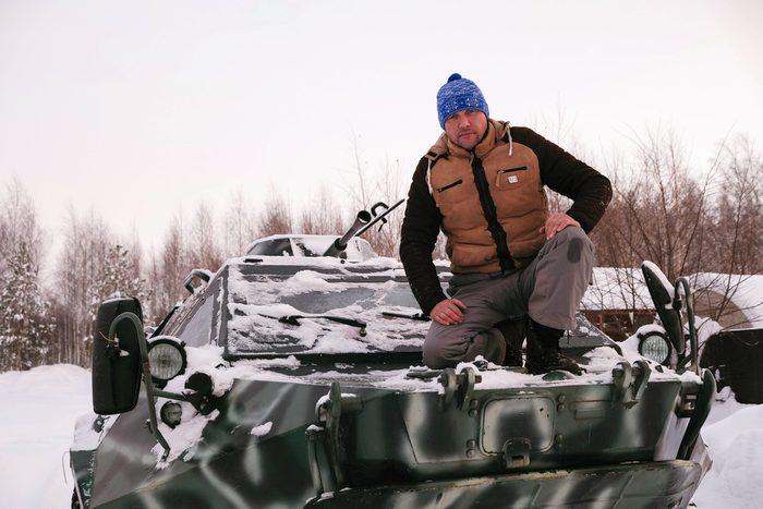 战斗民族 俄男子开装甲车轰鸣公园吓坏民众 还合法?有执照