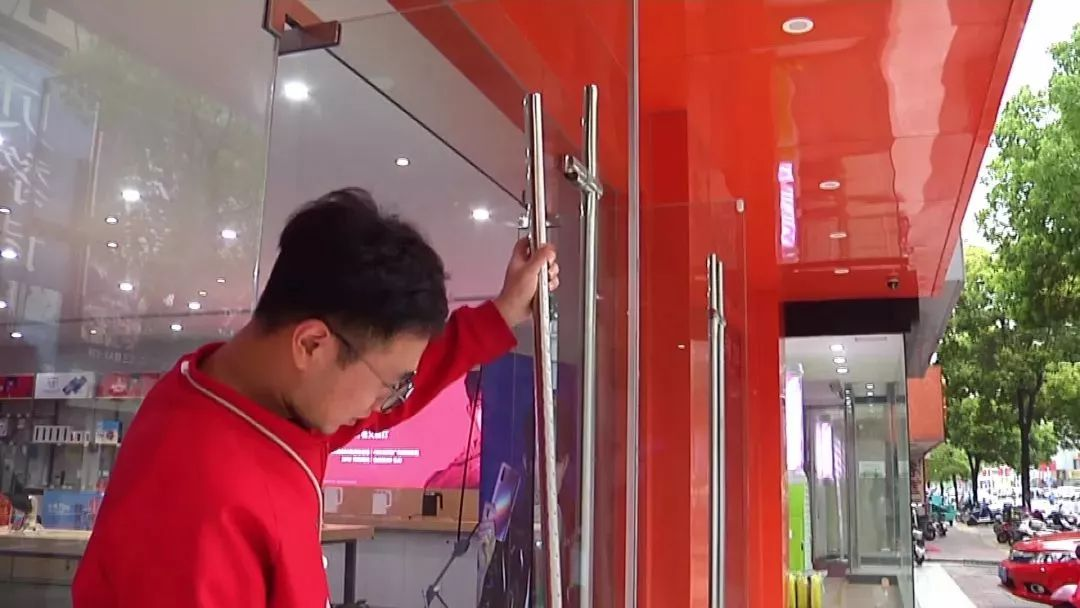 10分钟被偷20部手机!靖江一手机店深夜遭洗劫,嫌疑人竟然是……