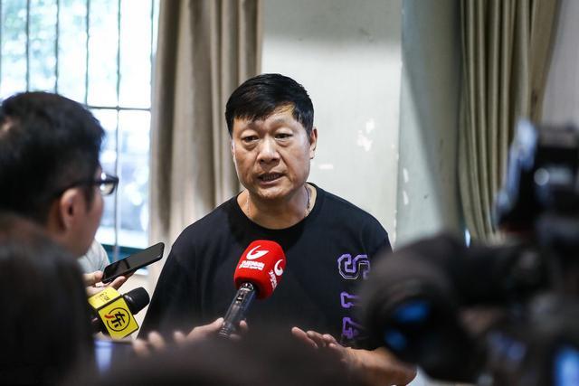上海男篮何去何从?10个问题困住李秋平,功勋教练也镇不住场子!