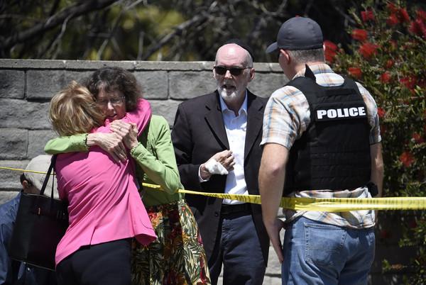 加州枪击案。一女士为保护群众挡下子弹,医生急救发现竟是妻子