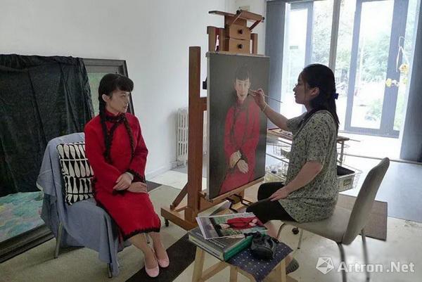 这位美女当年被保送中央美术学院油画系,如今已是美院教授!