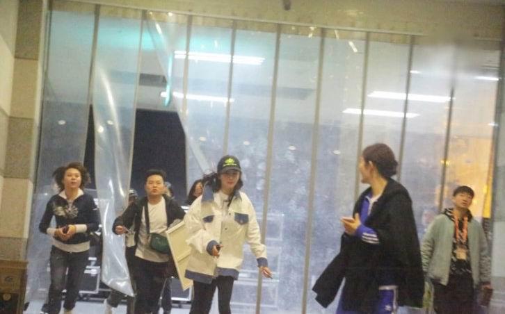 杨幂谢娜在湖南台大厅牵手小跑感情超好,工作人员都追不上两人