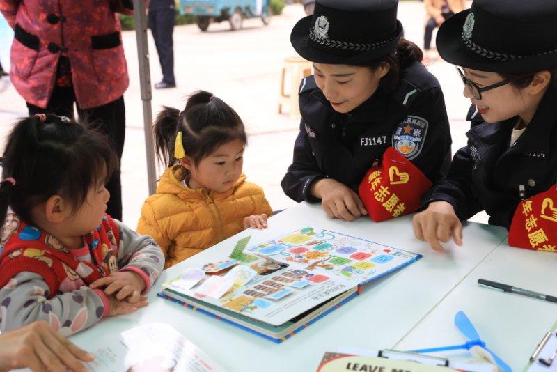 传承五四精神 郑州市公安局东风路分局组织青年民警开展志愿服务活动