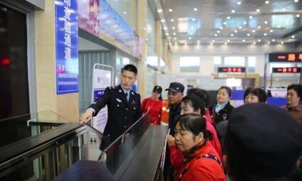 珲春出入境边防检查站邀请劳动代表参观口岸