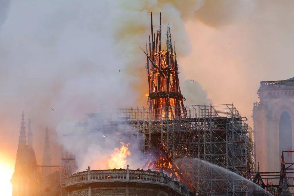 """巴黎圣母院将砸10亿重建?设计师、网友纷纷献计,为画""""新塔尖""""拼了!"""