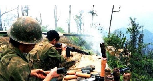 两山轮战珍贵照片:拿枪射击的女兵真美