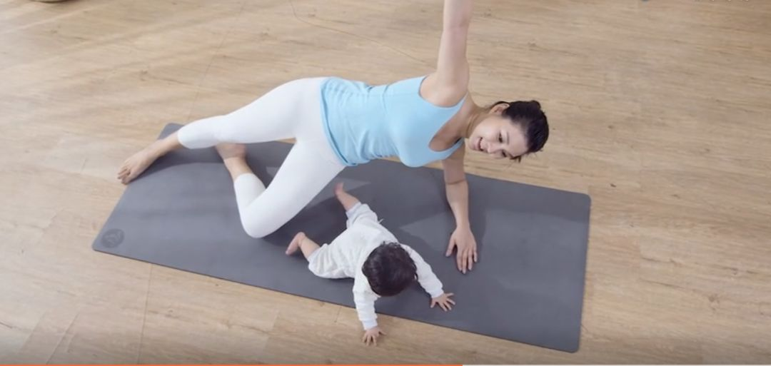 瑜伽热身运动视频_亲子运动,帮妈妈甩掉蝴蝶袖、水桶腰和大象腿_宝宝