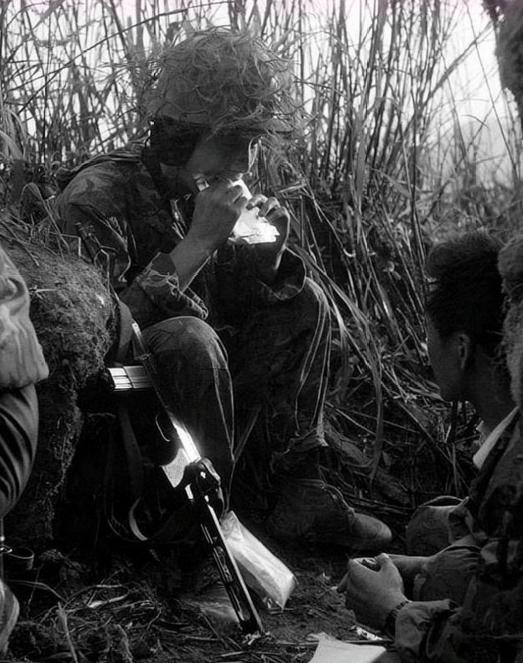 两山轮战:女医务兵看见伤员太难过而满眼泪水