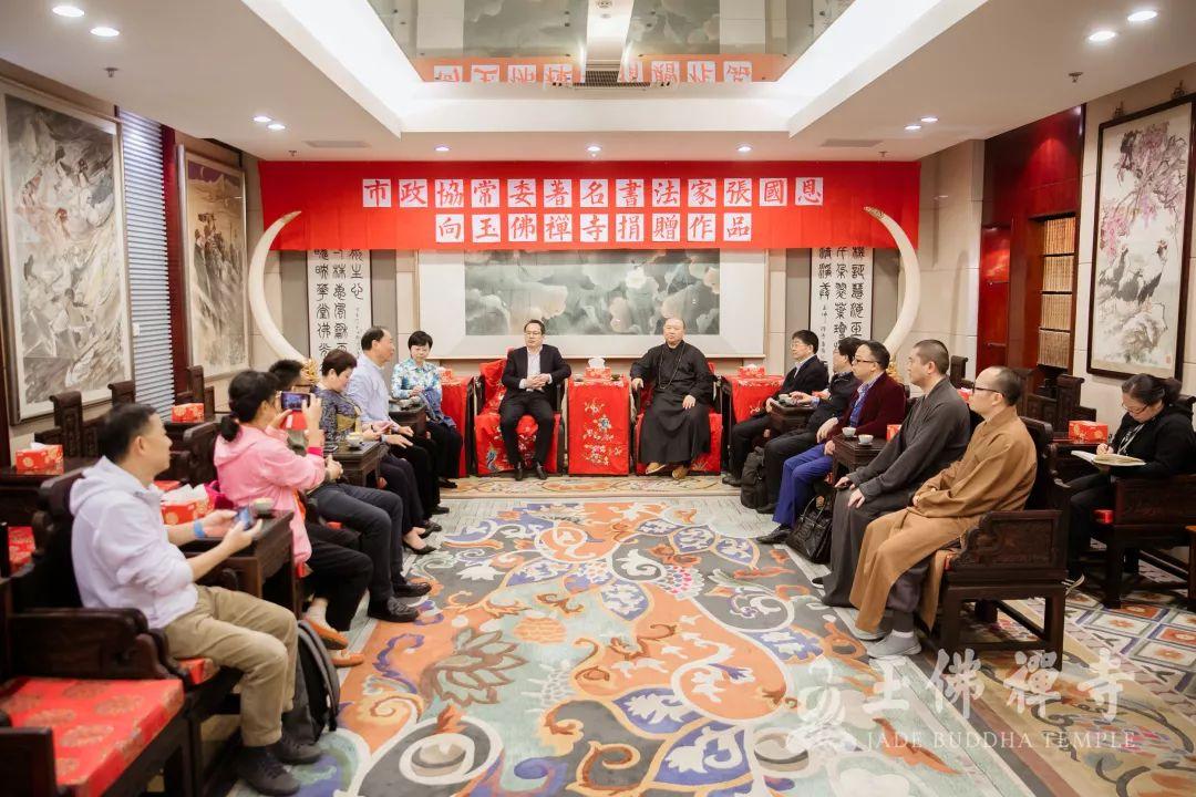 著名书画家张国恩向玉佛禅寺捐赠篆书《心经》十二条屏