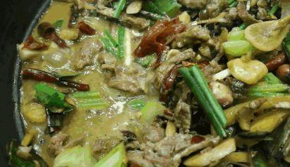 """传统特色美食,牛瘪所做出来的汤,也被称作为""""百草汤"""""""