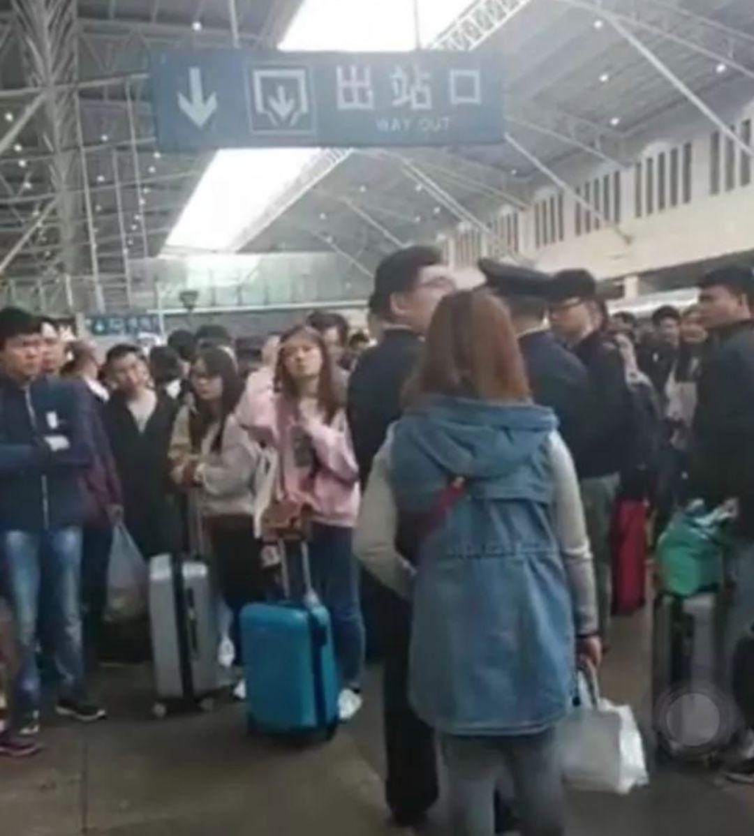 火车又超载啦!淄博站有票上不了车!?……网友:凭什么让守规矩的吃亏!