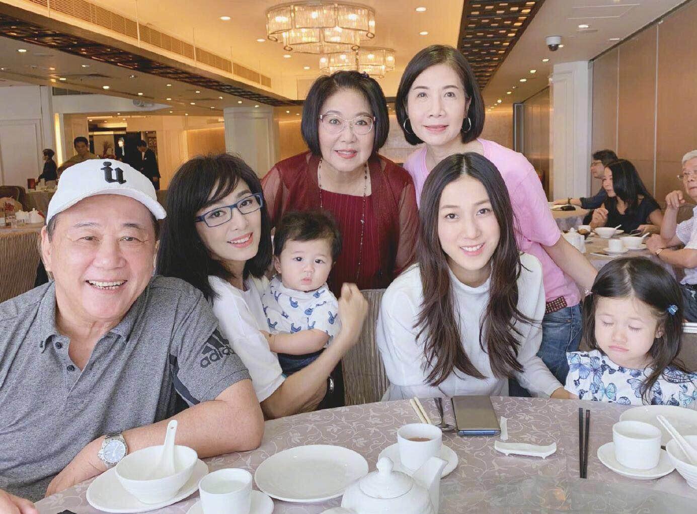 35岁钟嘉欣同框64岁米雪,白裙配卷发甜美少女,哪像2个孩子的妈
