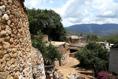 """中国最""""奢侈""""的村庄,整个村子用化石堆砌而成,被称为化石村"""