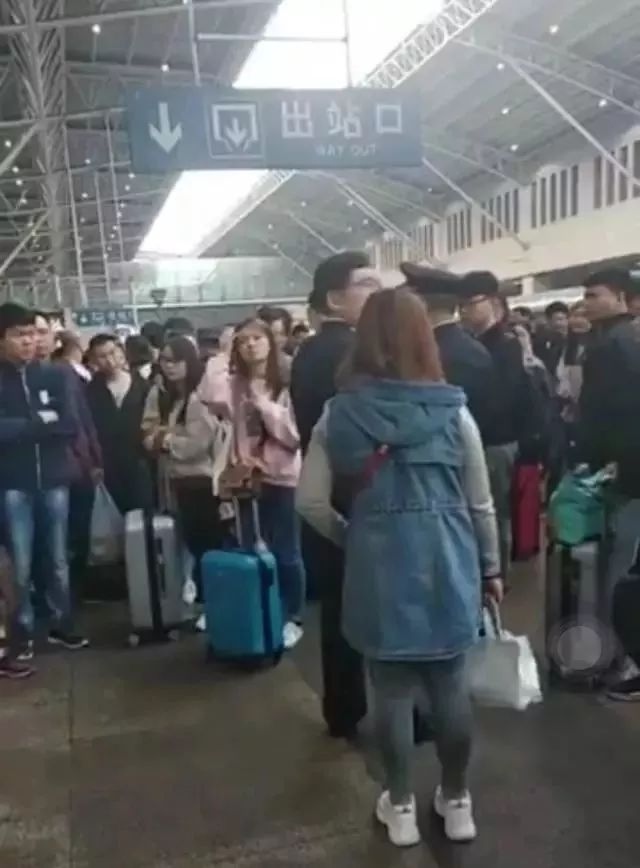 <b>崩溃!五一假期乘客买了火车票,却上不了车!网友:最后都是守规矩的人吃亏…</b>