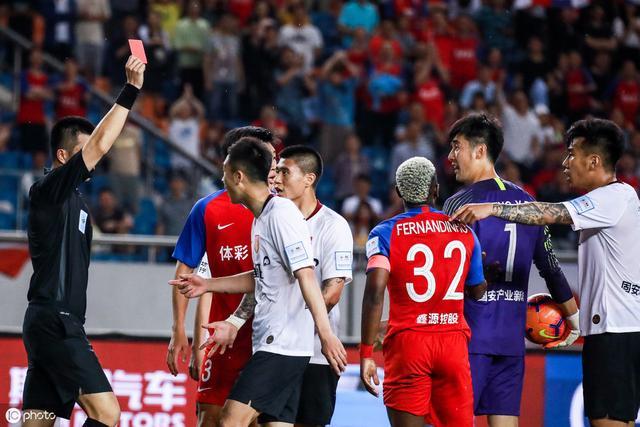 32岁耿晓峰生涯首次染红 他并非恶汉!赛后立即道歉 对手替他求情
