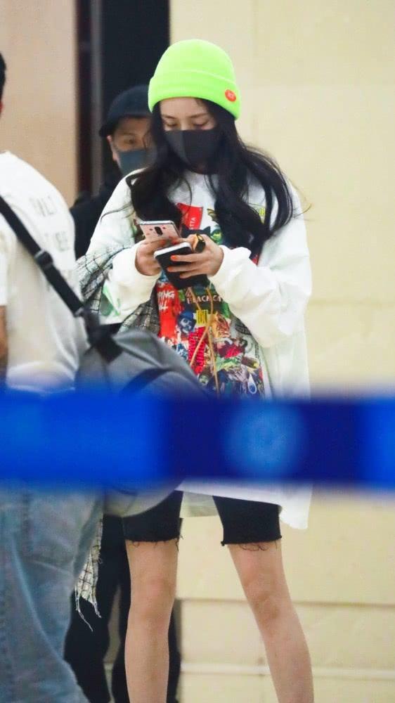 杨幂素颜现身机场,黑色超短裤尽显大长腿,依旧是网瘾少女?
