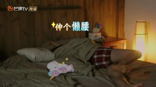 杨超越穿睡衣刷牙洗脸,不管王源、贾乃亮的存在,不如张子枫细心