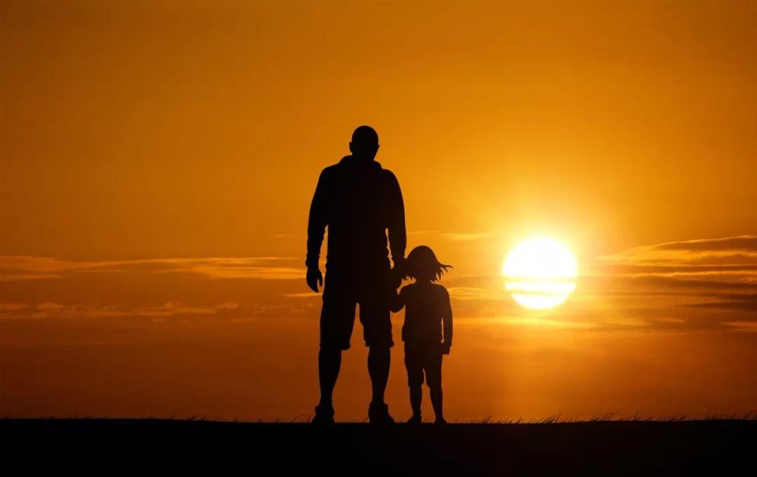 42岁爸爸猝死,留给儿子10条短信看哭无数人:这世上真的有人在拿命爱你