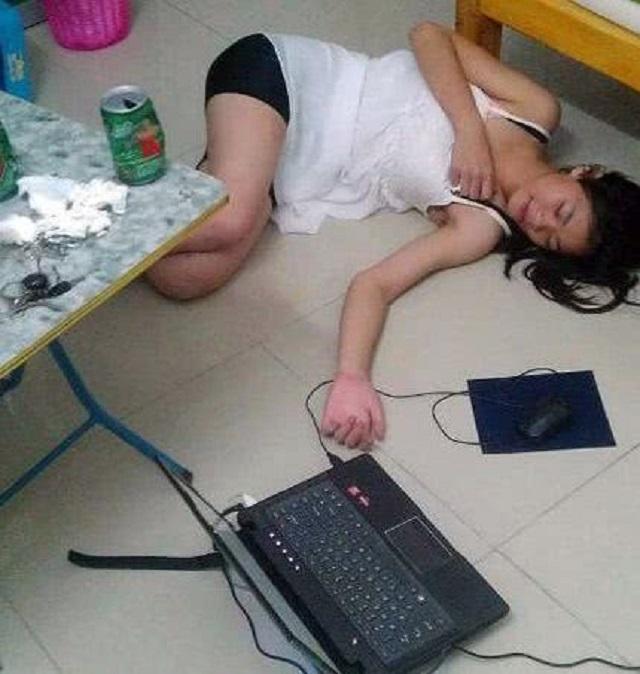 爆笑GIF图:妹子,你这样毫无防备地醉倒在地上让我很为难啊