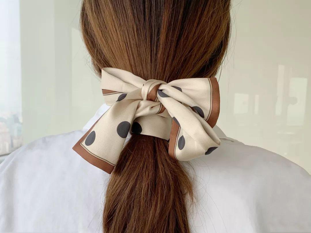 方巾按对角线对半折,再绑到头发上打个半结,就是典型的法式look了