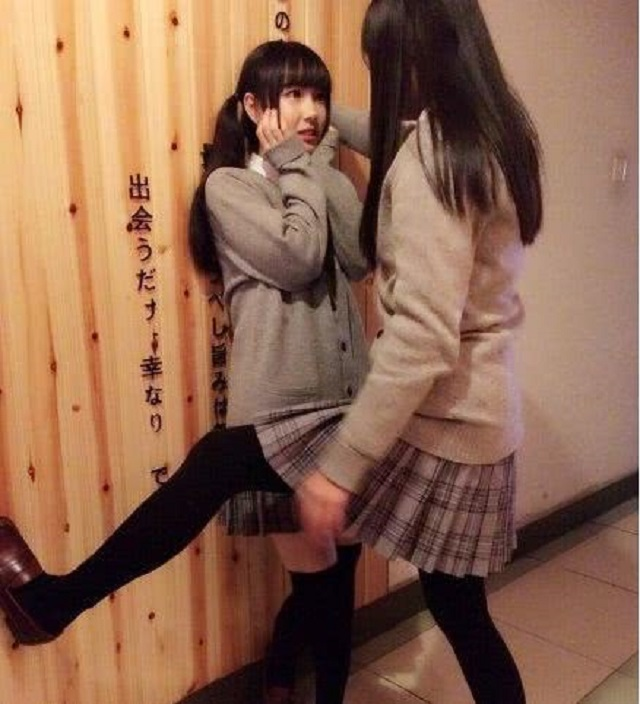 爆笑GIF图:壁咚来的太突然,妹子根本反应不过来
