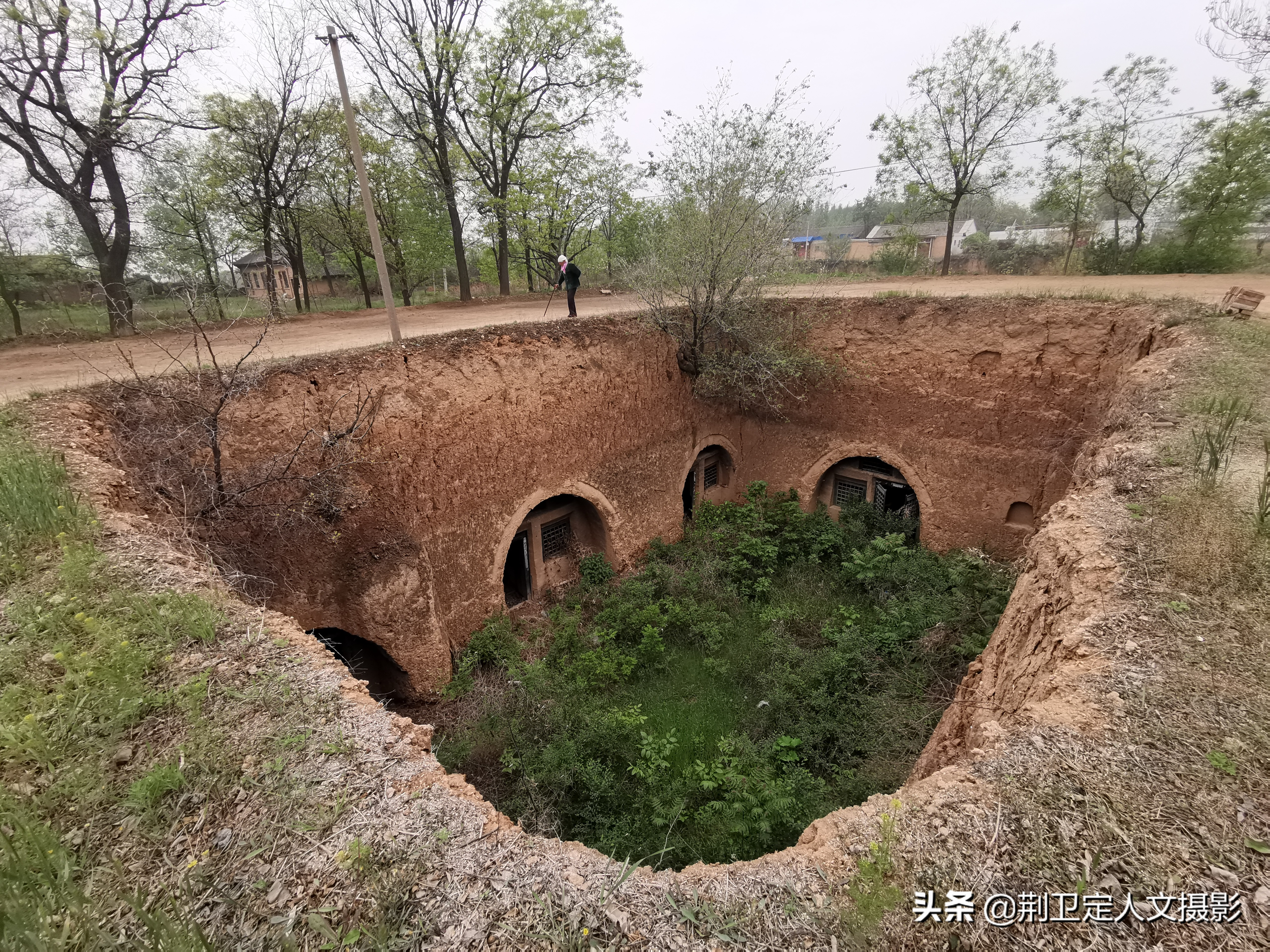 突如其来一场暴雨灌进地坑院,看85岁山西农村老人生活图片