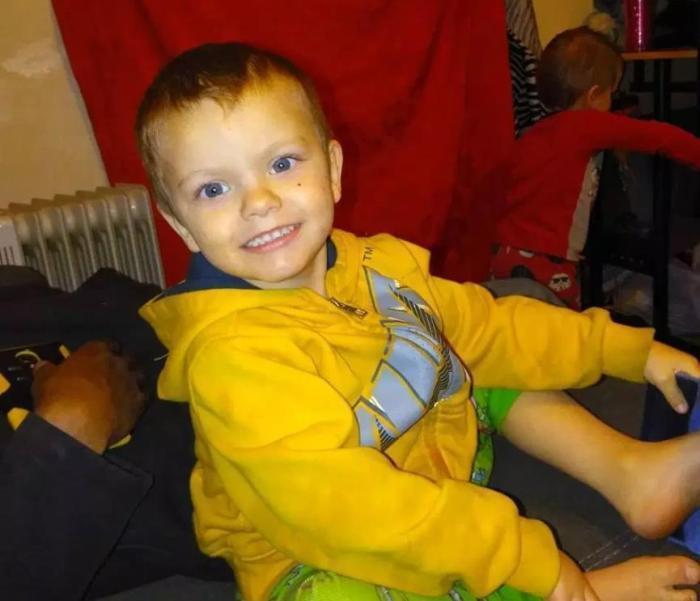 美国14岁男孩殴打4岁弟弟 母亲未及时送医致其死