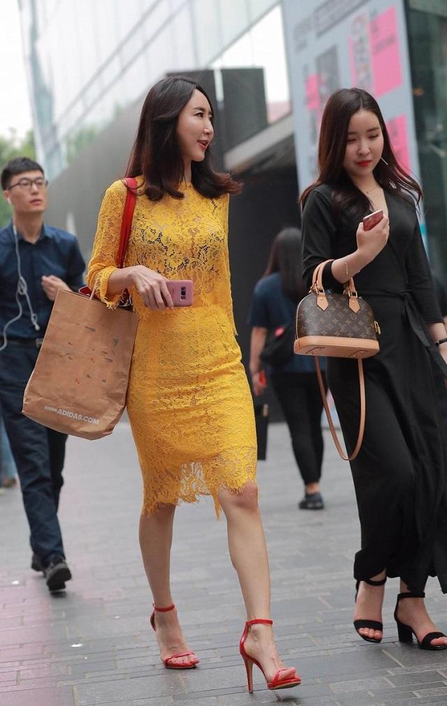 爆笑GIF图:现在的闺蜜只要到了街上,那心机简直是比海还要深啊