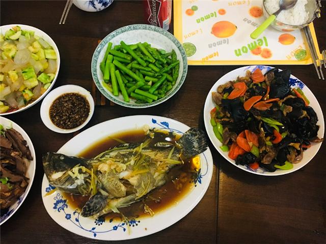 请同事来家里吃饭,婆婆下厨做一桌菜,饭后同事夸她太会持家了!