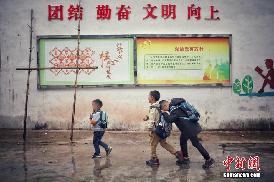 1位老师3个学生 乡村女教师坚守在大山
