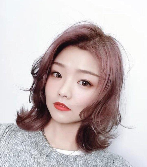 2019年最适合圆脸的短发发型,用指尖沾取发蜡整理剩下的头发,用吹