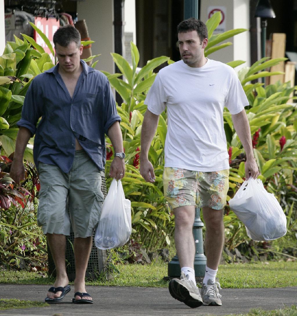 马特·达蒙和本·阿佛莱克海边冲浪!快50岁的型男兄弟,身材超惹眼
