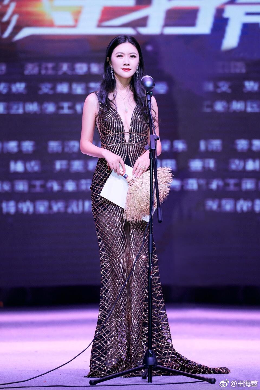 44岁田海蓉美得太惊艳!亮片裙配长发气质优雅,11岁女儿继承美貌