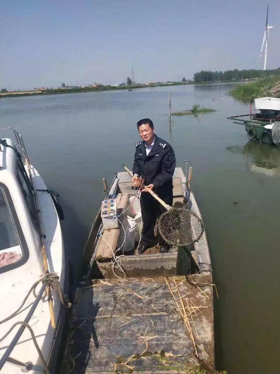 电捕鱼者弃船逃跑,亭湖区渔政监督大队有奖找人!