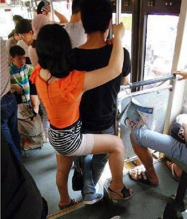 爆笑GIF图:妹子,你们这样在公车上大秀恩爱,胆子也太大了吧