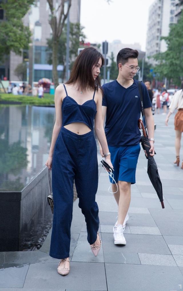 爆笑GIF图:妹子,这种款式的吊带衫你都敢穿出来,你男友心真大