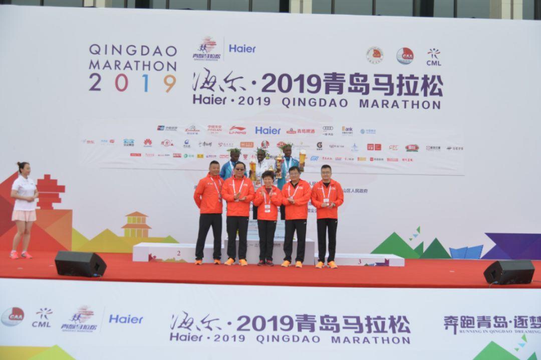 2019青岛马拉松鸣枪开伟德国际跑,影星梁家辉现身为视障