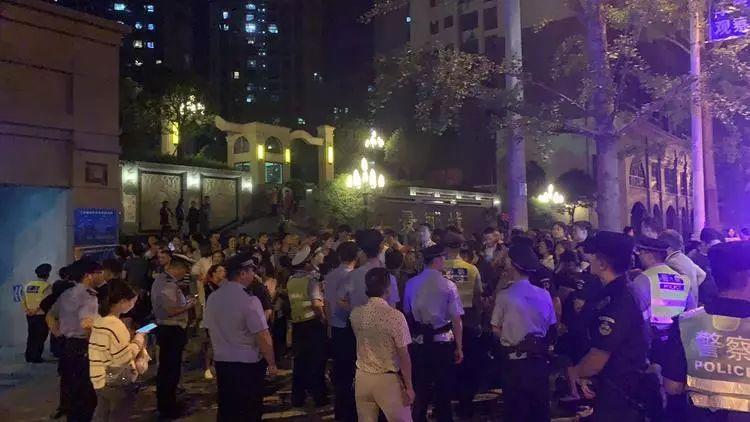 """闹大了!宜宾惊现""""天价""""停车费,业主集体堵门抗议!"""