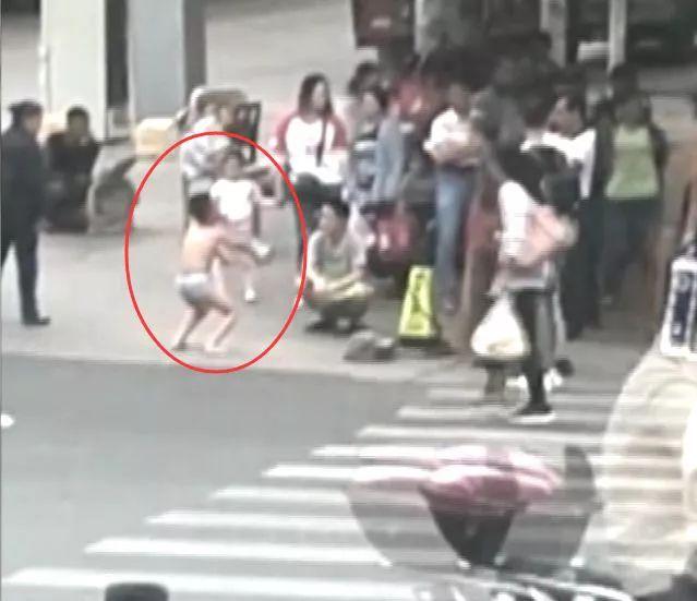 男孩被罚街头蹲马步,家长:他在学校干这事,必须狠狠罚!网友吵翻了