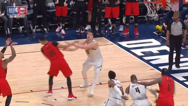 <b>有点狠!约基奇罚球时撞击坎特受伤的左肩,之后又锁喉利拉德</b>