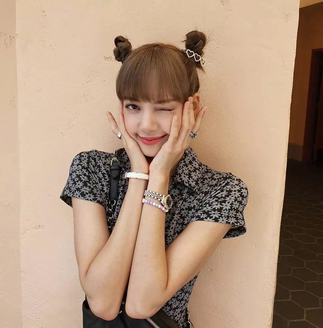 lisa规规矩矩的平刘海搭配双丸子一点也不死板,加上金属小头饰倒真是图片