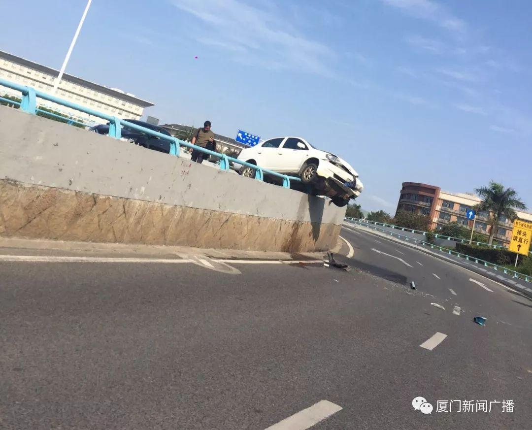 惊呆!小车失控冲破撞飞护栏!半个车身悬空!差点掉到下面车道…