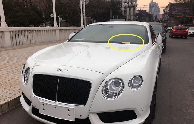 宾利违规停放,交警在车前留下了纸条,车主看见纸条反而笑了!