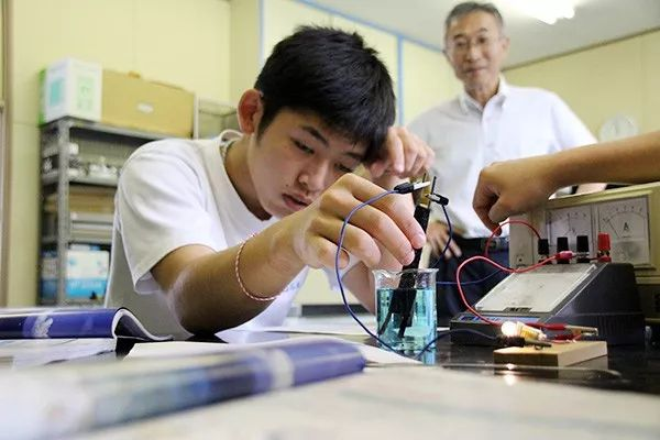 日本惊现一个人的学校:5个老师教1名学生,他毕业那天,学校关门了···