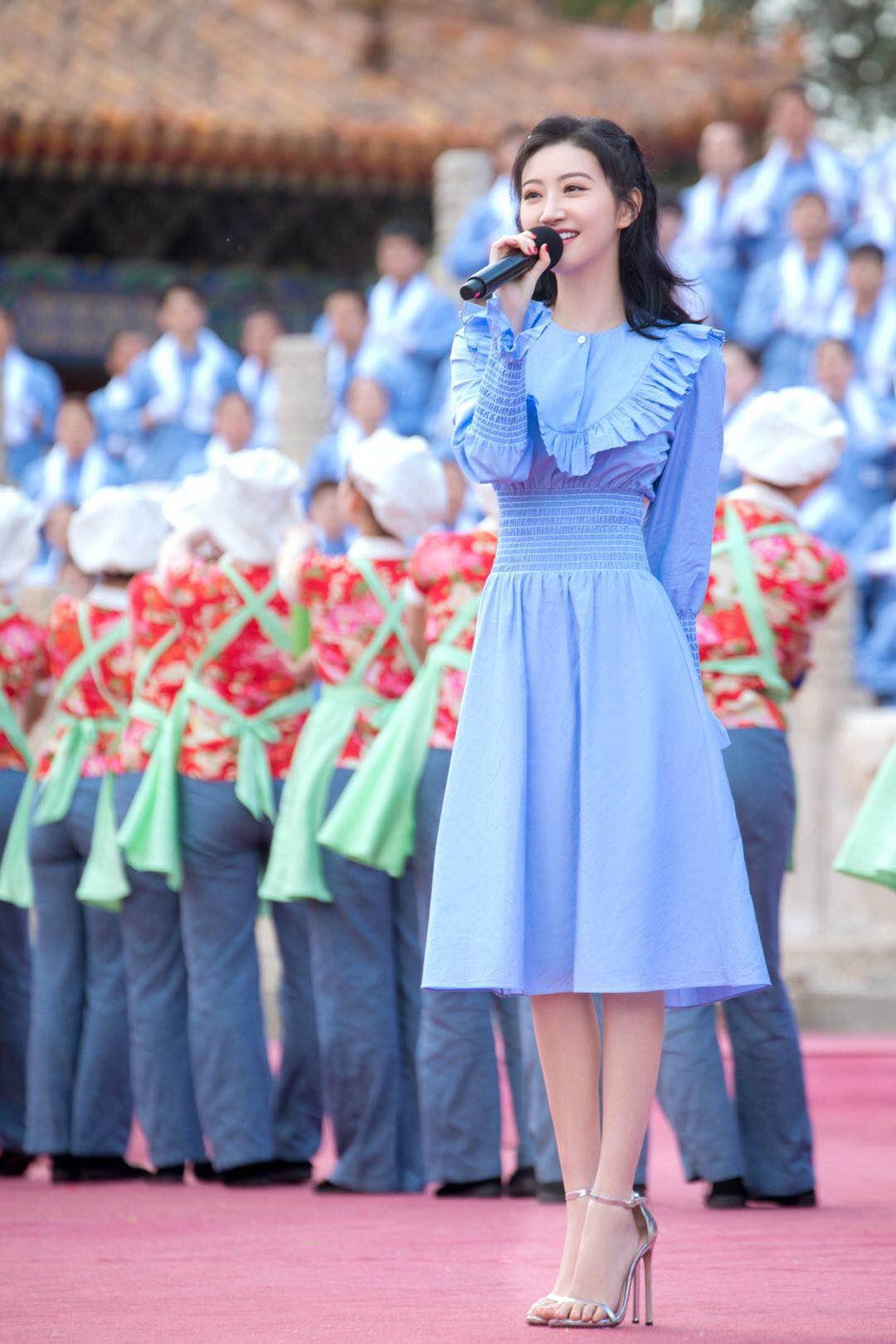 31岁景甜蓝色连衣裙配公主长发清纯甜美,小4岁的杨紫气质更出众
