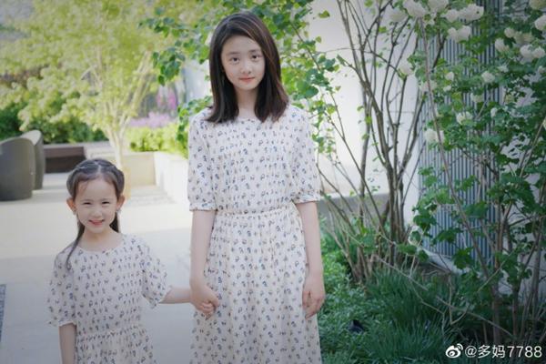 黄磊女儿多多与妹妹合照曝光,姐妹俩站一起像母女一样!