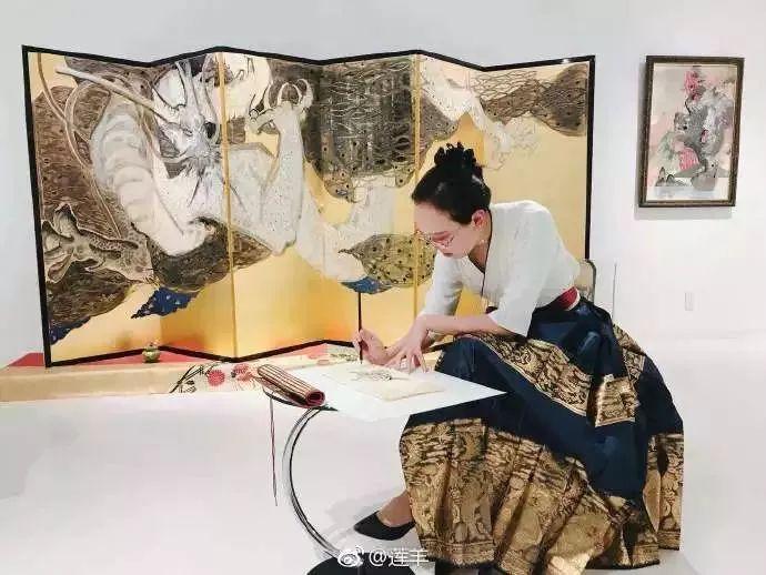央美才女,被誉为最年轻造龙师,把《王者荣耀》杨贵妃画成敦煌壁画,美炸天!