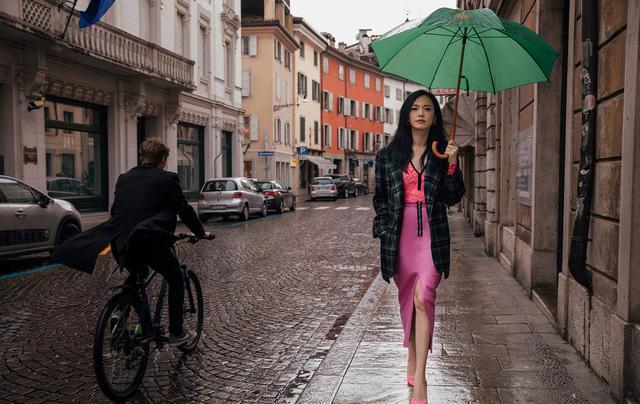 姚晨雨中漫步意大利,撑绿伞穿粉裙,仿佛又看到了熟悉的苏明玉