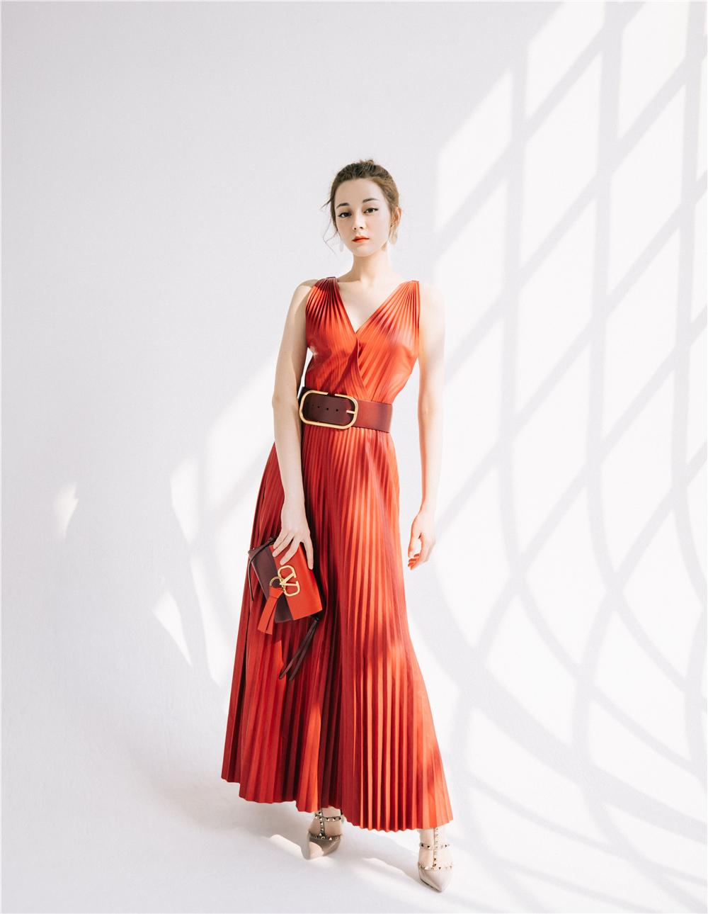 三美穿同款红礼裙,徐贤气质不输李荷妮,热巴年纪最小却不落下风
